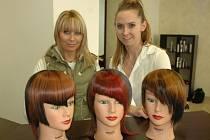 Nové střihy a barvy, vpravo kadeřnice Jana Burdová