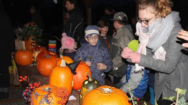 V sobotu večer se ve Bžanech konalo tradiční dýňování s lampionovým průvodem