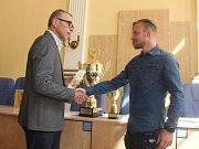 Jakub Hora dostal z rukou primátora města Teplice ocenění za výhru v anketě Sportovec měsíce března.