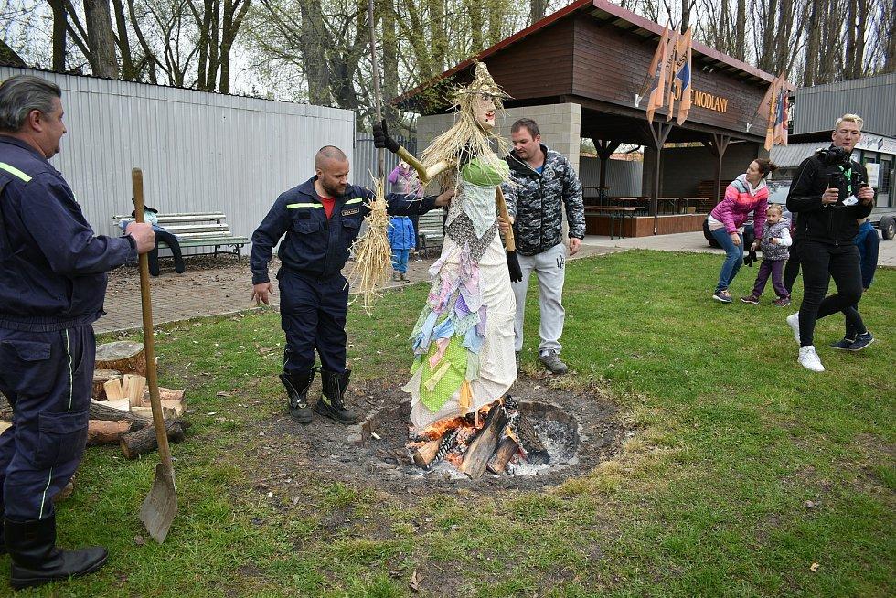 V Modlanech pálili čarodějnice. Oheň střežili místní hasiči.