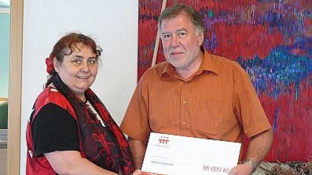 Ředitel Elektrárny Ledvicve předává šek ředitelce duchcovského gymnázia.
