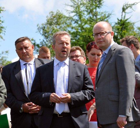 Vláda se bude zabývat obnovou lesů vKrušných horách, řekl při prohlídce smrkového porostu nad Dlouhou loukou premiér Bohuslav Sobotka