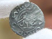 Slavnostní předání vzácné mince zpět do majetku Regionálního muzea Teplice.