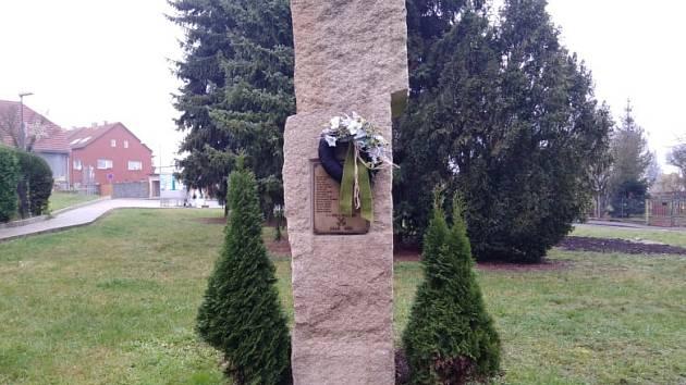 Pomník v Modlanech připomíná tragicky zahynulé horníky z dolu Kateřina.