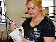 Helena Hlušičková a její hrnky.