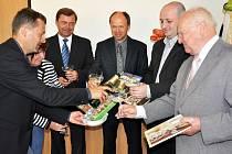 Knihy, které mají propagovat Dubí a okolí, pokřtili i starosta Dubí Petr Pípal (třetí zleva) a generální ředitel Českého porcelánu Vladimír Feix (zcela vpravo)
