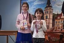 LUCIE OČENÁŠOVÁ se stříbrnou medailí. Lucka je ta menší, vedle ní je zlatá Kateřina Kalynčuková z Klášterce