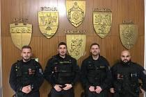 Policisté, kteří muže zachránili.