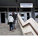 Volby ve volebním okrsku č.9. v Krupce Maršově začaly přesně ve 14 hodin. O volební komisi se město postaralo, dovezli občerstvení, minerálky a každý člen dostal poukázky na oběd.
