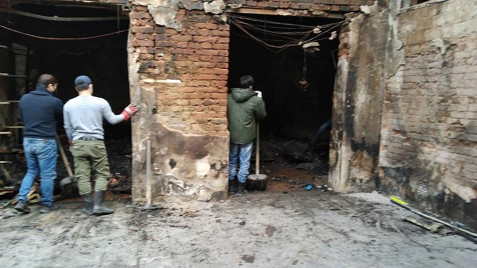 Vyhořelý vietnamský dům s obchodem v Duchcově.