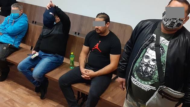 Obžalovaní z napadení mladíka na koupališti v Dubí v soudní síni. Archivní foto