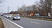 Neprůjezdné jsou oba jízdní pruhy na silnici I/13 ve směru z Bíliny na Teplice.