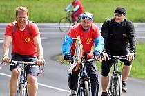10. Štafetu míru absolvovali na státní svátek cyklisté po památnících osvobození na Teplicku.
