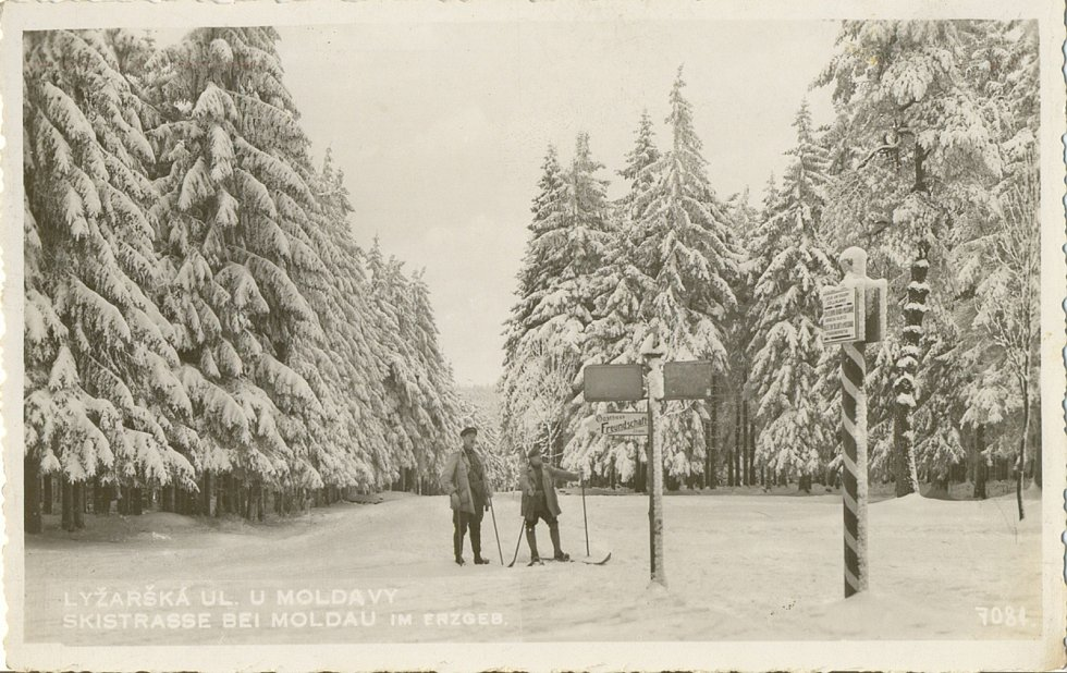 Zima v Krušných horách na archivních pohledech a fotografiích. Běžecká stopa nedaleko Moldavy.
