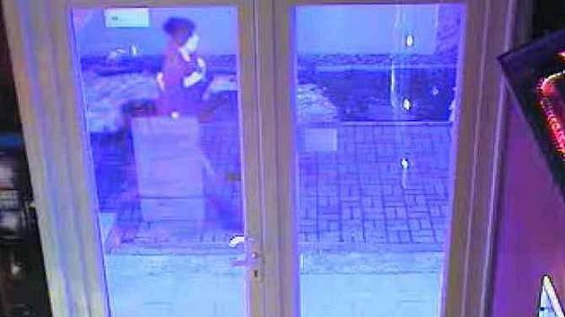 Loupežné přepadení v Teplicích/snímek z průmyslové kamery