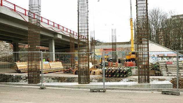 Stavba mostu u zimního stadionu