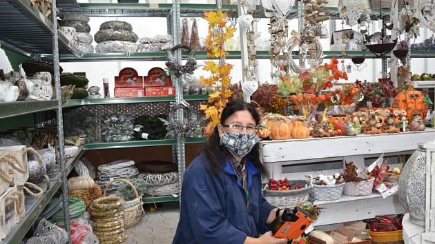 Pestrý dušičkový sortiment, čerstvé papriky i dekorační zboží, to vše mají ve sklenících duchcovského zahradnictví.