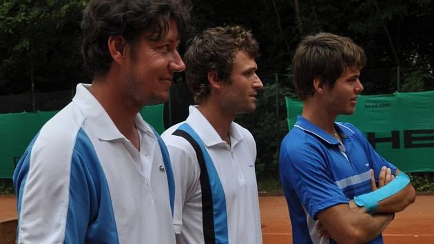 Zleva: trenér Tomáš Jiřička a hráči Marek Michalička a Peter Heller