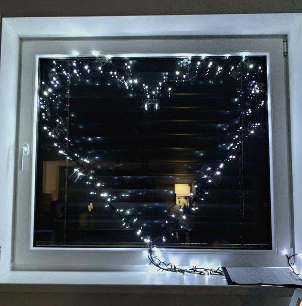 Srdce pro zdravotníky svítí vokně
