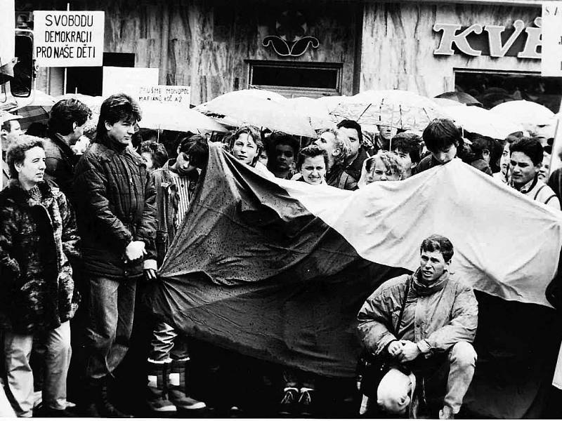 Generální stávka-Benešovo náměstí Teplice (27.11.1989).