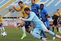 Momentka z utkání Teplice - Levski. Před brankářem Bulharů je Ljevaković
