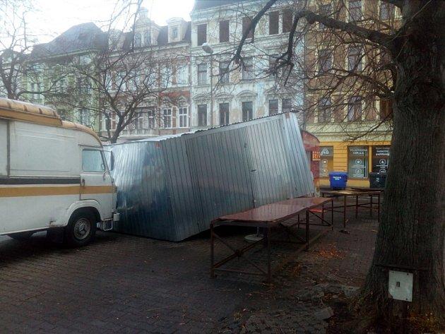 Silný vítr na Teplicku páchá škody. Zdemolovaný stánek na Tržním náměstí.