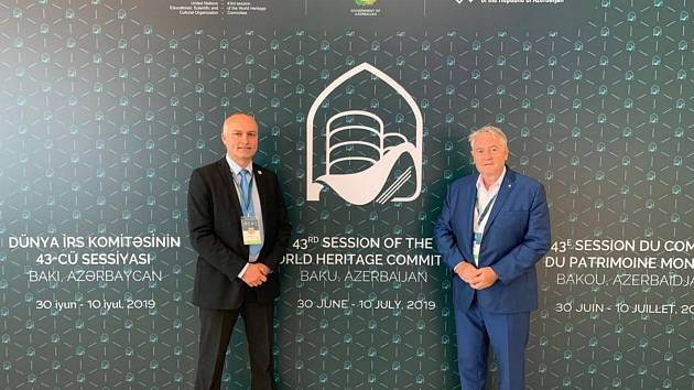 Foto z Baku, kde bylo oznámeno, že Krupka vstupuje do UNESCO.