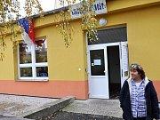 Nejvýše položená volební místnost v Teplicích je na Nové Vsi. Voliči z volebního okrsku č. 12 sem chodí volit do přízemí panelového domu s pečovatelskou službou a klubem důchodců.