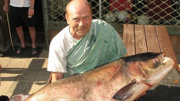 Šťastný rybář Petr Janda se svým úlovkem.