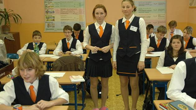 Po zhruba roce se podařilo uskutečnit plán, celá škola včetně učitelů a školníka má školní uniformy.