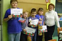 MLADÍ ŠACHISTÉ na Vánočním turnaji v Duchcově. Zleva: M. Vaněrka, Jakoubek, Málek, V. Vaněrka a pořadatelka Polívková.
