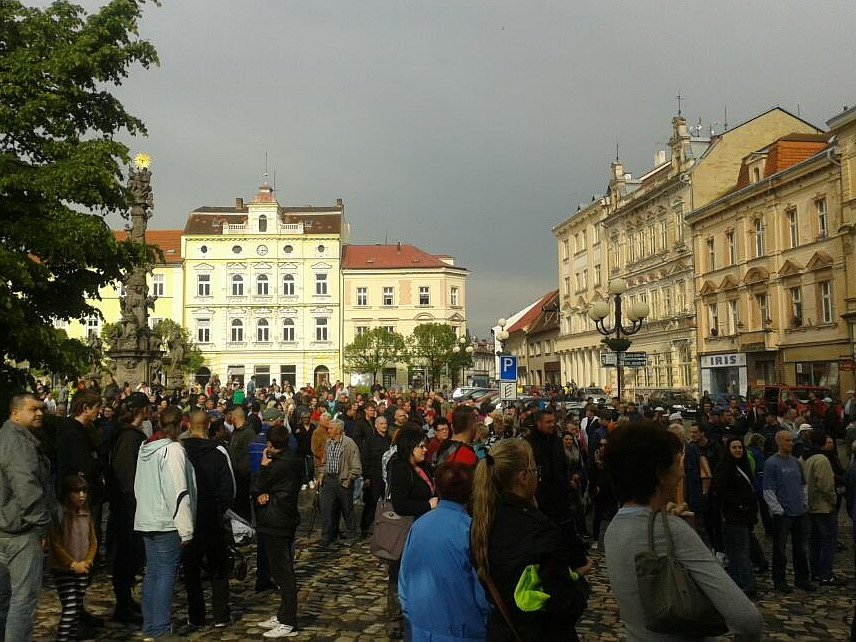 Demonstrace na náměstí v Duchcově.