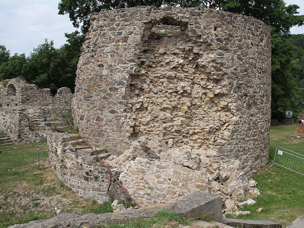 Na hradě Krupka musí opravit dělostřeleckou věž, jejíž část se zbortila.