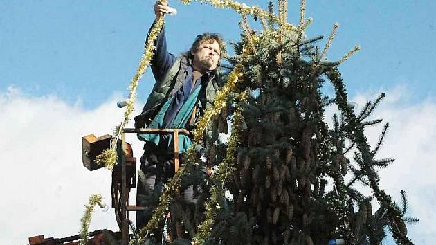 Vánoční strom dostává vánoční kabát