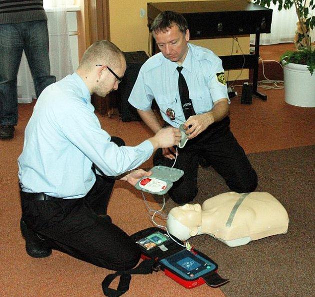 POMÁHÁME SPOLEČNĚ. Do tohoto projektu se zapojila i Městská policie Dubí. Strážníci absolvovali v pátek školení. Projekt je zaměřen na možnost poskytnutí včasné první pomoci při srdeční příhodě pomocí automatizovaných externích defibrilátorů.