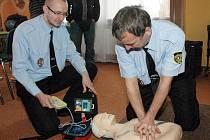 Městská policie Dubí s automatizovaným externím defibrilátorem/ilustrační foto