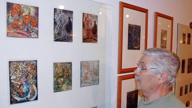 Jiří Šucha si prohlíží vystavená Váchalova  exlibris v Regionálním muzeu v Teplicích.   Foto: Deník/ Z. Traxler