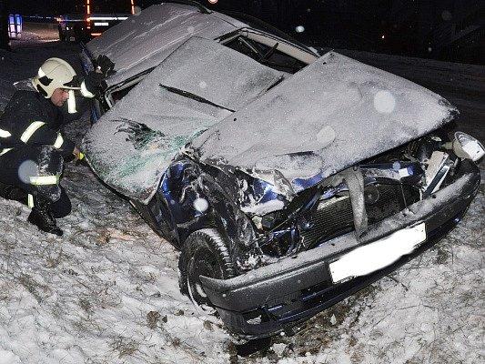 Řidička osobního auta narazila do autobusu MHD