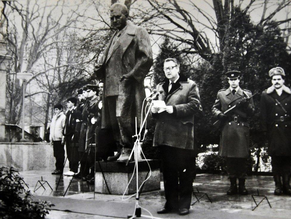 """Nadživotní socha """"prvního dělnického prezidenta"""" Klementa Gottwalda byla v severočeských Teplicích slavnostně odhalena 22. května 1971. Stala se symbolem nástupu normalizace."""