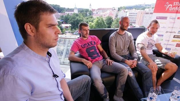 Rozhovor s hráči FK Teplice. Vlevo redaktor Teplického deníku František Bílek.