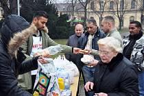 Tepličtí bezdomovci dostávali jídlo, prádlo a pití.