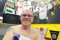 EDUARD POUSTKA ve svém teplickém království. Dominují mu dresy, které získal od svých kamarádů fotbalistů, a také obraz, na němž je on sám. Připomíná mu postup národního týmu na Euro 2016.