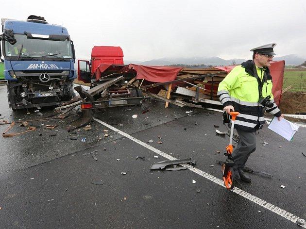 Nehoda u Velemína, dva kamiony.