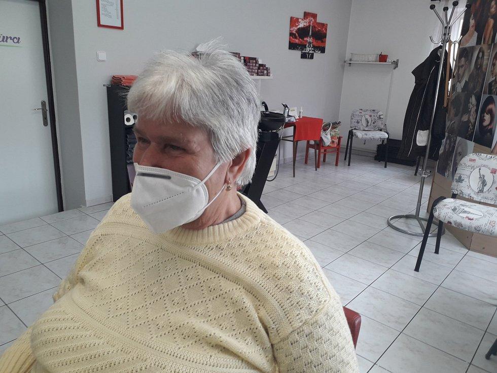Jana Pluhařová, která má kadeřnictví ve Zdounkách, upravila jedné ze stálých zákaznic účes. Podívejte se, jak vypadala po ostříhání.