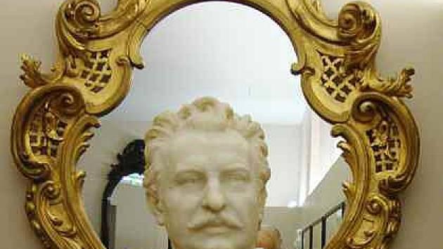 Gustav Walter (11. února 1834, Bílina – 31. ledna 1910, Vídeň) byl český operní pěvec – tenorista, který v průběhu tří dekád ztvárnil řadu hlavních rolí ve Vídeňské státní opeře.