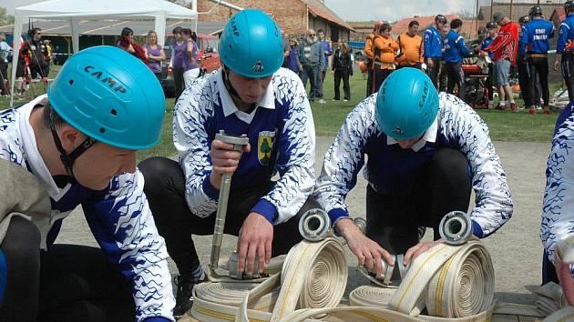 Fotbalový stadion v Měrunicích hostil v sobotu první letošní soutěž v Krušnohorské lize požárního útoku hasičů z dobrovolných i profesionálních sborů.