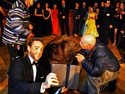 Hosty Lázeňského plesu pobavil medvěd Hugo