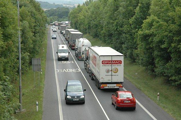 Silničáři mění povrch na E55. Pokládka nového koberce si vyžádala omezení. Úsekem se jezdí kyvadlově.