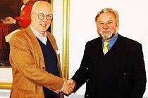 Ředitel Regionálního muzea v Teplicích Dušan Kukal (vpravo) se sešel s knížetem Clary Aldringenem při společném obědě v hotelu Prince de Ligne v Teplicích.