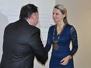 Z ustavujícího zastupitelstva v Bílině. Tajemník blahopřeje zvolené starostce Bíliny Zuzaně Schwarz Bařtipánové.